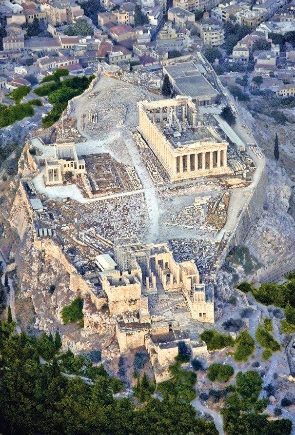 Luftansicht der Akropolis (prominente Lage der Tempelanlage). Athen, Griechenland