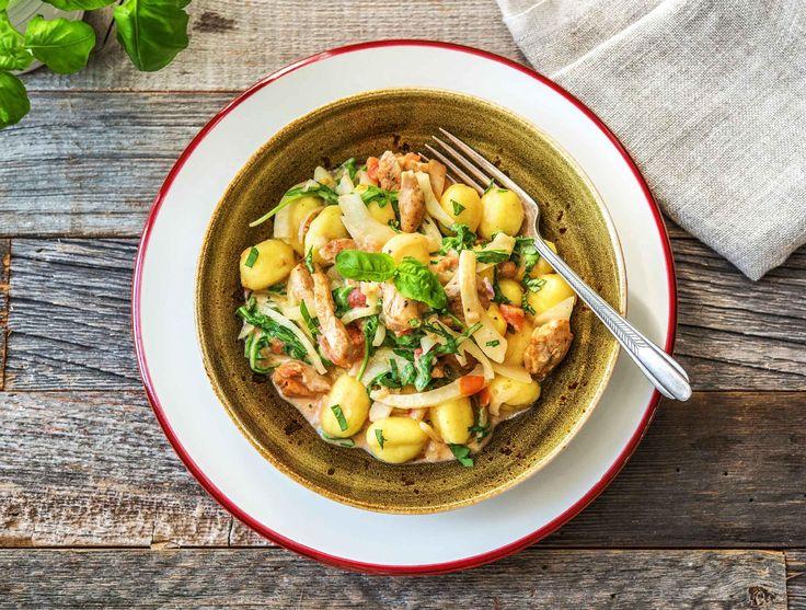 In dit gerecht combineer je zachte deegkussentjes van tarwemeel en aardappel met een zachte, romige saus die rijk is aan groenten. De heerlijk geurende basilicumblaadjes en de pittige rucola zorgen voor een mooi balans. Dit gerecht staat snel op tafel.
