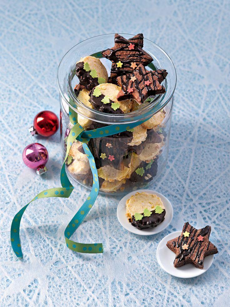 Zweierlei Weihnachtskekse aus einem Teig mit Mandeln oder Schokolade
