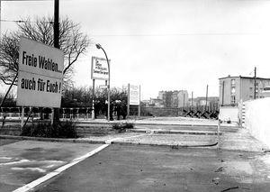 Der Grenzübergang Sonnenallee in Ost-Berlin nach dem Mauerbau (1963)