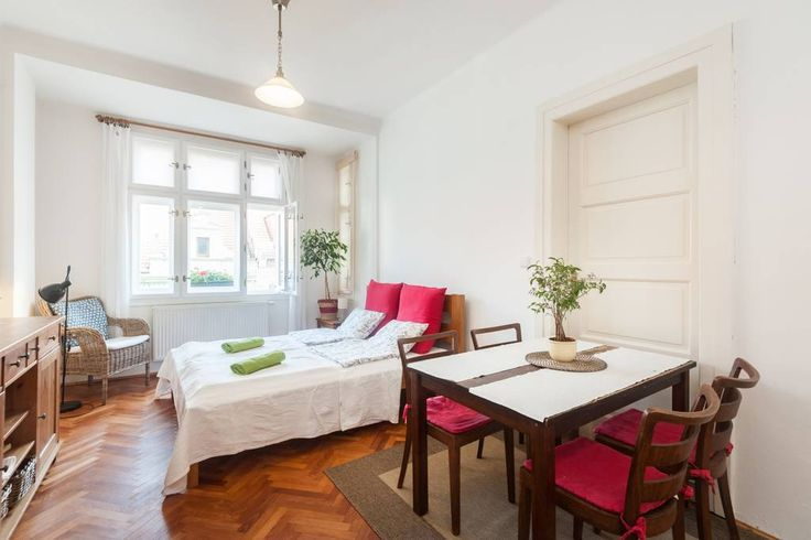 Ganze Unterkunft in Praha 6, CZ. Cosy apartement fully equipped and renovated, situated in a quiet residential and historical area near Prague castle and three parcs. 3 minutes from the tram station (2 or 3 stops to the Prague castle, 12 min.to the Charles bridge). With plenty re...