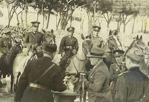 '' Atatürk'ün Süvarileri..!!?? '' Yıl 1938, 2. Dünya savaşı öncesi.. Mussolini İtalya'sında uluslararası Konkur (engel atlama) yarışması düzenlenir..!! Bu yarışmayı kazanmak, Avrupa devletleri açısından bir prestij meselesi ve güç gösterisidir..!! Yarışmaya Türkiye'de davet edilir..!! Atatürk bu yarışmaya, aşağıda fotoğraflarını göreceğiniz.. Yüzbaşı Cevat Kula (Güçlü ), Yüzbaşı Cevat Gürkan (Yıldız), Yüzbaşı Eyüp Öncü (Ünal), Teğmen Saim Polatkan (Çakal) dan oluşan Türk suvarileri