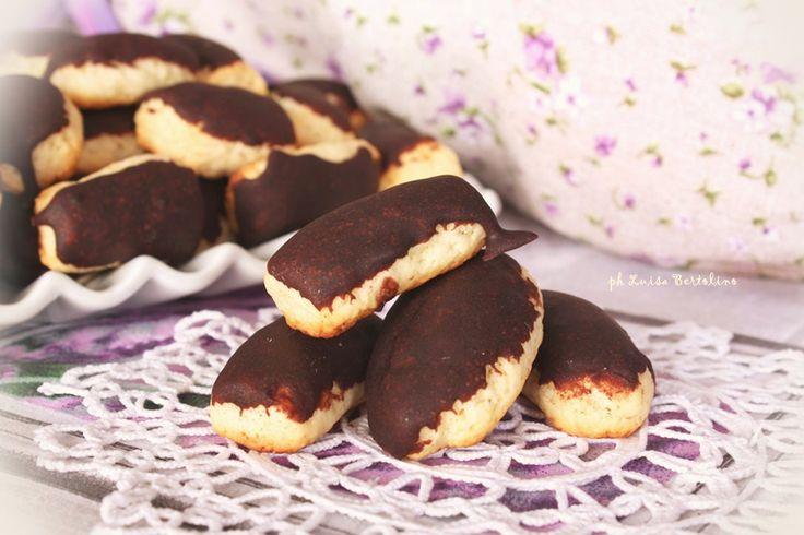 Biscotti ca liffia - tipici siciliani500 g di farina 00 2 uova 100 g di strutto 15 g di ammoniaca per dolci 100 ml di latte (circa) Per la glassa  300 g di zucchero a velo 1 cucchiaio colmo di cacao amaro in polvere acqua