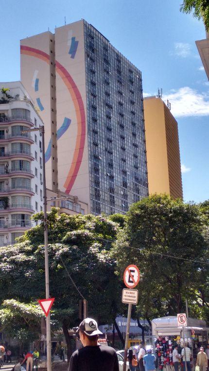 Hotel Dan Inn Planalto, em São Paulo.Ele tem localização excelente para quem quer conhecer o centro caminhando, além disso está a 30 minutos do Aeroporto de Guarulhos, 15 minutos do Aeroporto de Congonhas e muito próximo de outros pontos da cidade, para quem estiver de carro ou táxi, ou Uber!! Outra facilidade é que o Hotel fica a 500 metros da Estacão de Metrô São Bento e a 10 minutos da Estação da Luz.