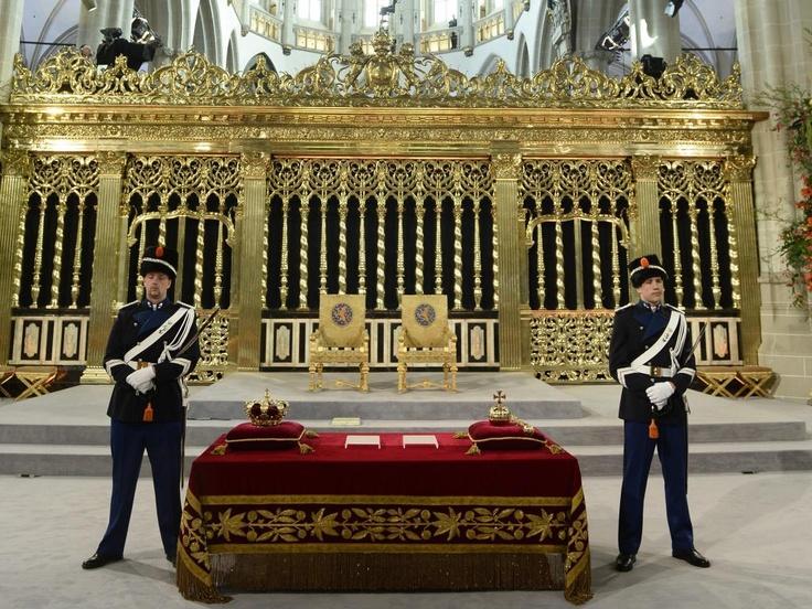 Wachters waken bij de regalia op de credenstafel: naast de kroon ook de scepter en de rijksappel. Het rijkszwaard en de rijksstandaard worden tijdens de ceremonie vastgehouden door hoge militairen. Deze regalia spelen een symbolische rol bij de ceremonie.