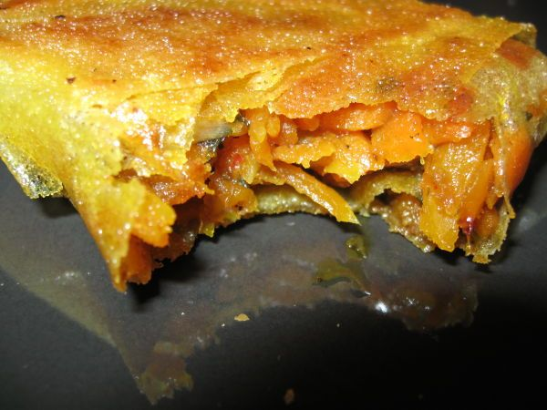 Samoussas Carotte-curry:1/4 d'oignon 3 carottes (petites) De la poudre de curry (ou dans mon cas 1 cuillère à café de pâte de curry) 2 feuilles de brick 2 cuillères à café de miel liquide Huile d'olive 1 gousse d'ail (petite) Quelques branches de coriandre (fraiche) Blanc d'œuf (pour coller les feuilles de bricks)