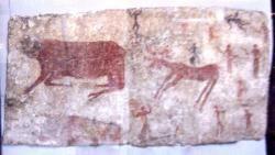 Nástěnné malby z Çatal Hüyüku – býk, jelen a lidé. (Foto Georges Jansoone – JoJan, Museum of Anatolian Civilizations, Ankara Turecko, CC BY-SA 3.0)