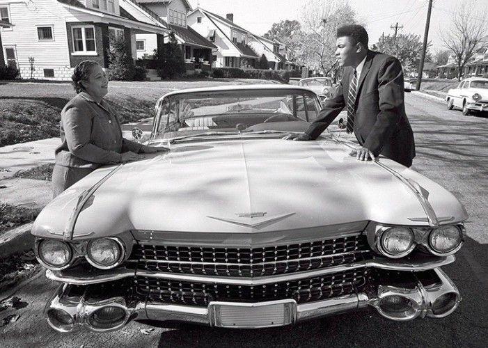 #Cadillac Eldorado 1960 Uma homenagem a Muhammad Ali que também tinha seu lado de entusiasta de carros! Ainda com o nome de Cassius Clay o boxeador mostra Cadillac Eldorado rosa zero-quilômetro que comprou para a mãe Odessa Clay em após sua primeira luta como profissional em 1960 RIP ALI!  #CarroEsporteClube #oldcars #oldcar #MuhammadAli #carroantigo #boxe #oldcar #vintage #BW #Ali ##acelerados #auto #cargramm #carplace #carporn #carro #carros #cars #driver #horsepower #instacars #instalike…