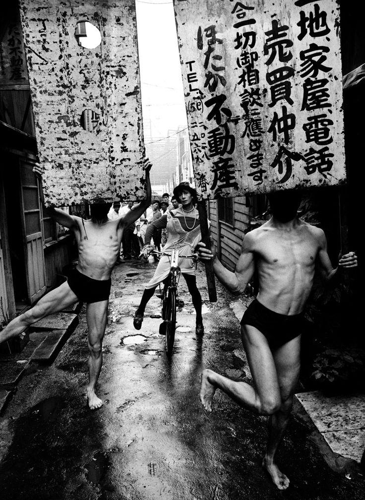 Modern Dance Ceremony Dancers © William Klein / Courtesy Polka Galerie