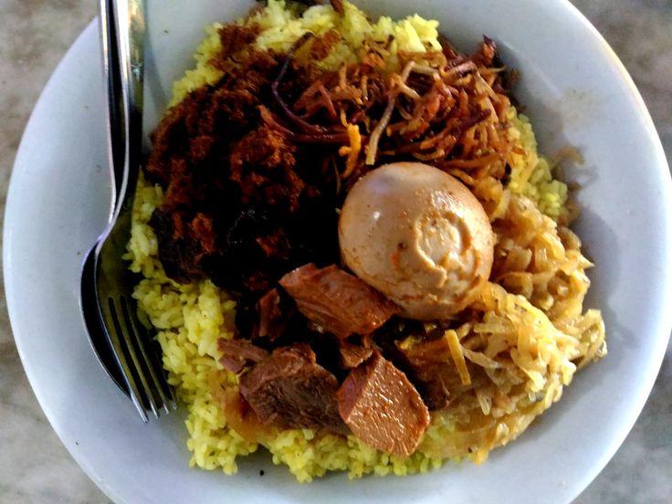 Nasi Kuning Riburane Sarapan Pagi Terlaris di Makassar - Kuliner Makassar