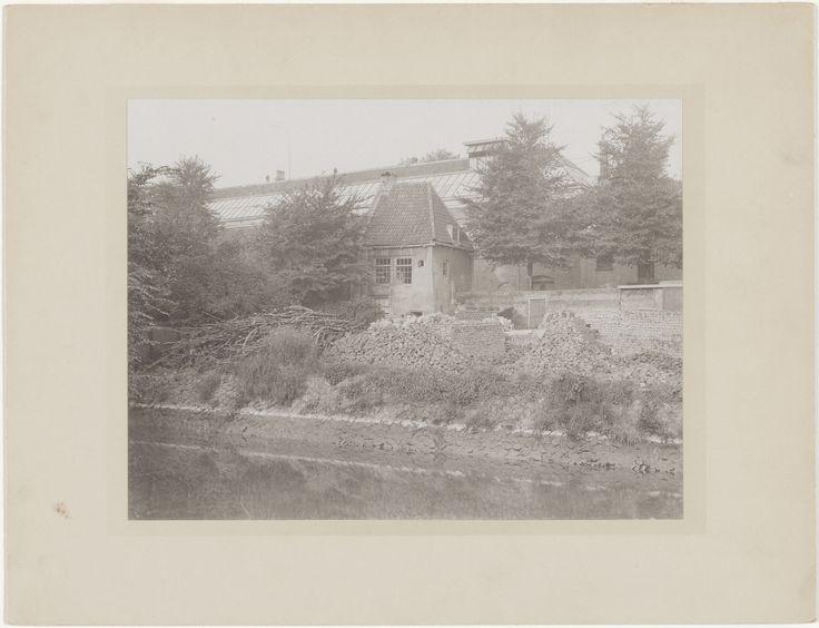 De Nonnentoren aan de Vest gesloopt in 1917. School Vest is nog niet gebouwd. Nb de vele bakstenen op de havenkade.