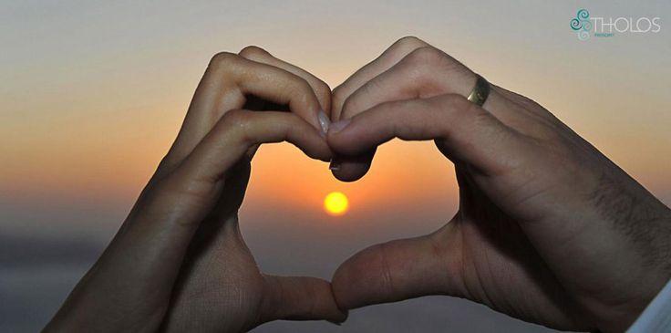 Love in Santorini! #romance #sunset #santoriniweddings More at tholosresort.gr/santorini_hotel_photogallery/