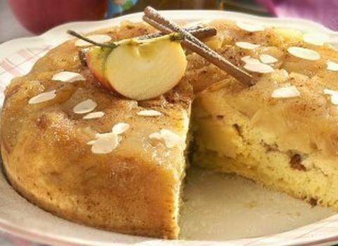 Ingredience: jablka 200 gramů, cukr moučkový 250 gramů, mouka pšeničná hrubá 250 gramů, vejce 3 kusy, kypřící prášek do pečiva 1/2 balení, skořice 1 lžička (mletá), rozinky 50 gramů, mandle 2 lžíce (lupínky), tuk (na vymazání formy), mouka pšeničná hrubá (na vysypání formy), cukr moučkový.