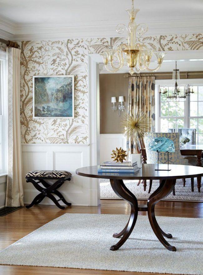 Светлые обои и темная мебель – комбинация, создающая уют. Растительная тематика на обоях английского стиля