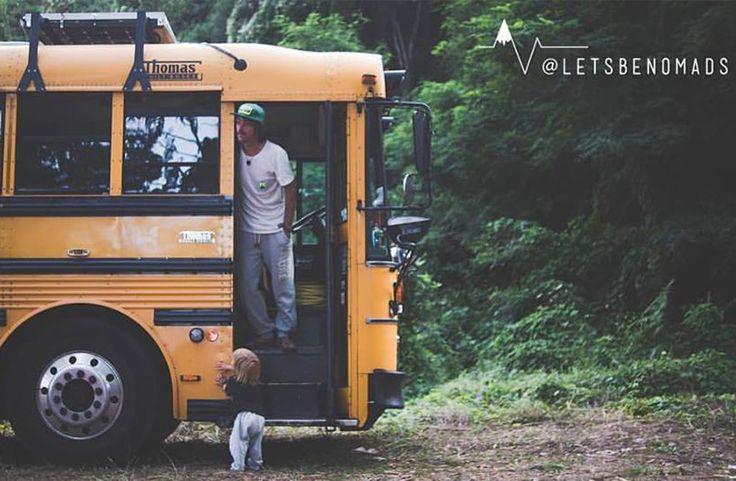 Valerie Cook en Tim Boffe bouwden een Amerikaanse schoolbus om tot hostel en reizen daarmee door Europa. #digitalnomads #littlenomad #kinderenopreis #minimalisme