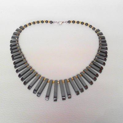 Colier, hematit, cristal lustruit | Matilda Creations Făcut din: hematit ( Cleopatra mare, rotund 5 mm), cristal lustruit ( button 4 mm)