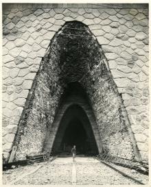 Ingresso della centrale idroelettrica Aem di Lovero, Valtellina, in costruzione (1948). 26 marzo 1947, Archivio storico fotografico Aem, Fondazione Aem, Milano