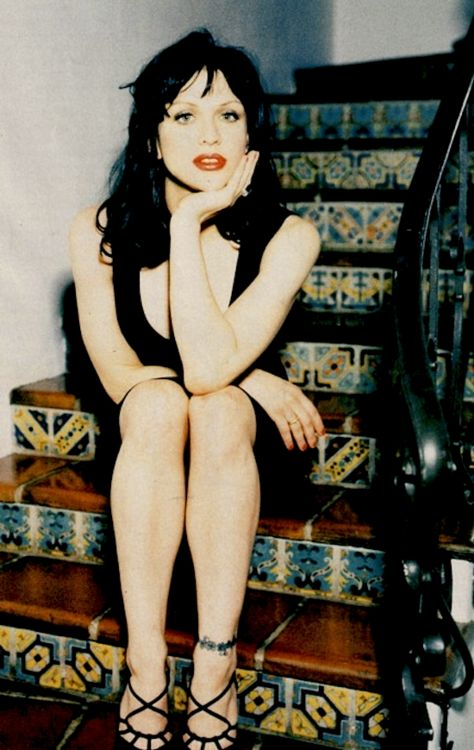 Courtney Love ~ she looks beautiful in this old pic! I would like to look this good :)
