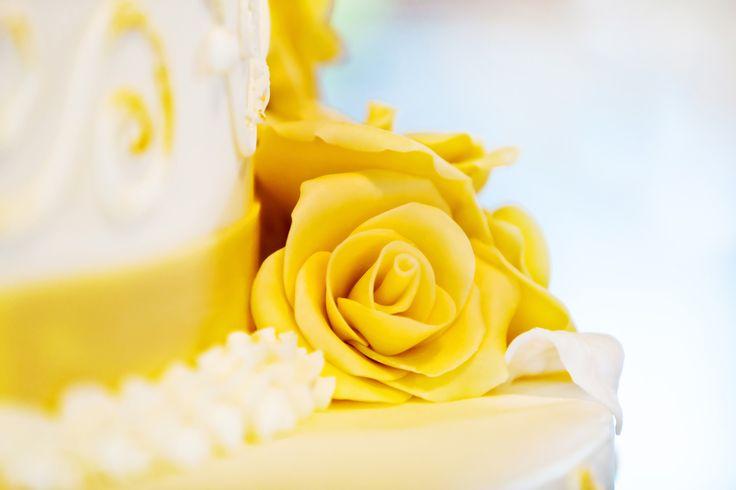 Hochzeitstorte-weiß-gelb-Detailfoto-gelbe-Rose-M.jpg (1000×667) More