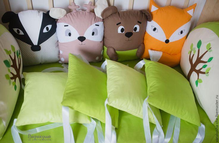 Купить или заказать Бортики в кроватку в интернет-магазине на Ярмарке Мастеров. Бортики нарисованы специально под интерьер детской. На картинке представлены фотообои в комнате малыша с животными. Бортики в кроватку: - квадратные подушки 400 руб за шт, - подушки-зверюшки 700 руб за шт (персонажи могут быть нарисованы идвидуально), - изголовья простые прямоугольные,без аппликаций и вышивки 700 руб за шт, -изголовья фигурные с аппликацией и вышивкой 1100 руб за шт, - валик 60…