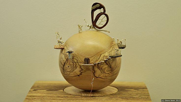 Boule D'Amour :   tous les persos mis en scène sur une boule en vieil olivier .