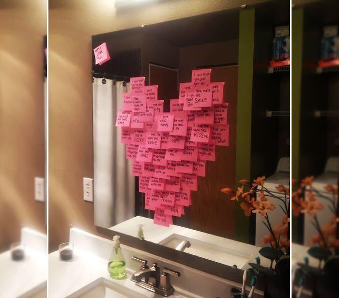 Supresa para dia dos namorados - Vários post-it em forma de coração colados no espelho com vários recadinhos românticos