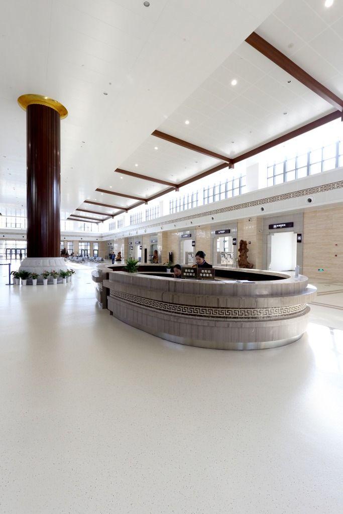 Não somos pisos vinílicos, somos pisos de borracha. Os pisos Nora são 100% de borracha, baseados em qualidade e sustentabilidade com mais de 300 variações de cores e design, totalmente ergonômico, certificação LEED, resistente a manchas, ao grande tráfego comercial e voltado para diversas aplicações. Instalação dos pisos norament® 925 lago, norament® 926 grano no Zhoushan passenger transportation center em Zhoushan | China.