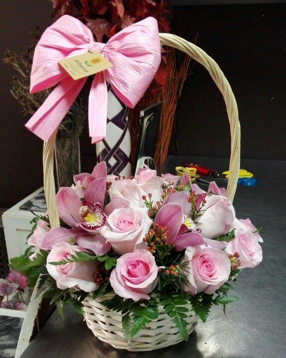 """Rosas e orquídeas cor-de-rosa pelo nascimento de uma """"princesinha"""""""