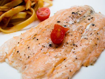 El salmón es un pescado que se coce muy rápido y la forma tradicional de prepararlo podría dejar tu cocina y estufa salpicadas en aceite. Hornear es una forma más limpia y rica de prepararlo, acompáñame con este súper secreto, y aprende cómo hornear salmón.