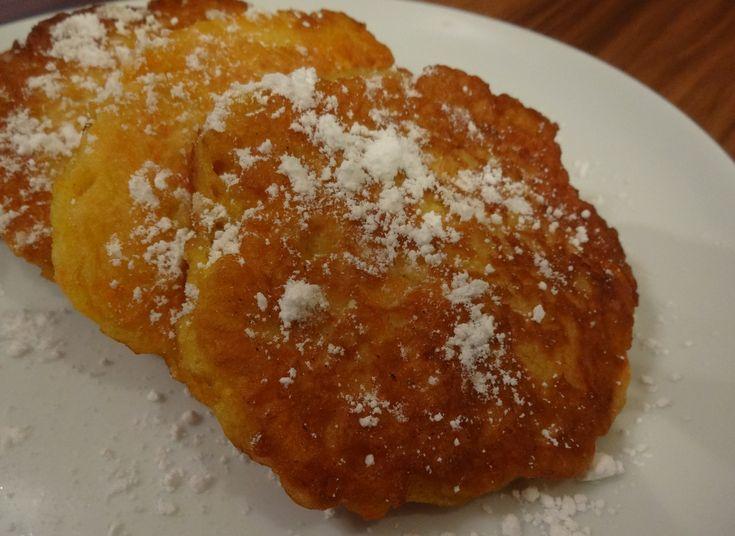 Składniki: 2,5 szklanki mąki pełnoziarnistej 0,5 łyżeczki proszku do pieczenia 2 jajka 2 szklanki mleka krowiego lub roślinnego 3 średnie jabłka 3 średnie marchewki Jabłka i marchewki myjemy, obier…