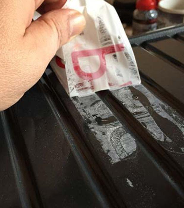 Klebereste entfernen: Schluss mit Rückständen von Aufklebern und Klebestreifen! Einfach ein in Wodka getränktes Tuch über der betroffenen Stelle reiben, bis nichts mehr zu sehen ist