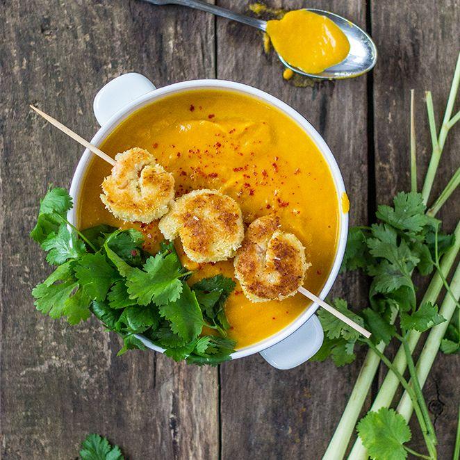 Diese Suppe wärmt den Magen und die Sinne. Der exotische Duft von Zitronengras und Kokos wird deine Küche erfüllen und hungrige Mäuler an den Tisch locken. Zusammen mit den Garnelen im Kokosmantel eine leckere Abwechslung auf dem Suppenteller.