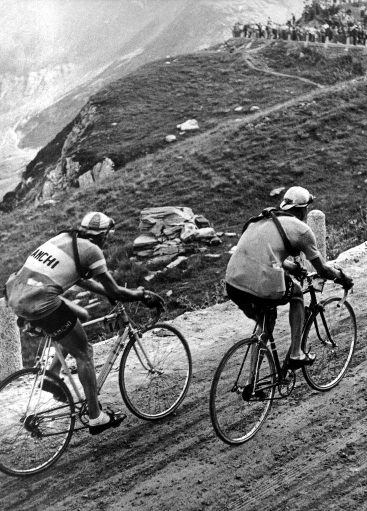 Giro di Svizzera 1947. 3^Tappa, 18 luglio. Bellinzona > Sion. Passo della Furka. Gino Bartali (1914-2000) e Fausto Coppi (1919-1960) all'inseguimento del fuggitivo di giornata, Ferdi Kübler (1919-2016)