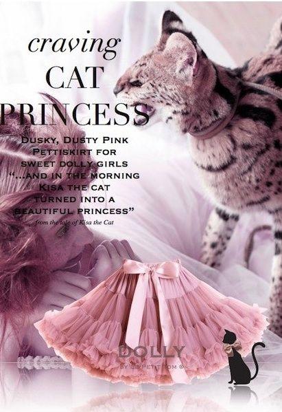Sukně Dolly Petti Kočičí princezna Nádherná dolly sukně z pohádkové kolekce o Kočce jménem Kisa. Temně růžová barva vás nadchne. Ta nejjemnější petti sukně z hebkého nylonu, kterou si prostě musíte zamilovat. Bohatý objem a nařasení z vás udělá dokonalou dámu, saténový pas se stuhou se přizpůsobí díky regulační gumě. Doporučujeme kombinovat s jednoduchým, hladkým topem, tričkem, krátkým sáčkem, džínovou či koženou bundičkou, jako botky můžete zvolit boty na podpatku, kozačky či tenisky…