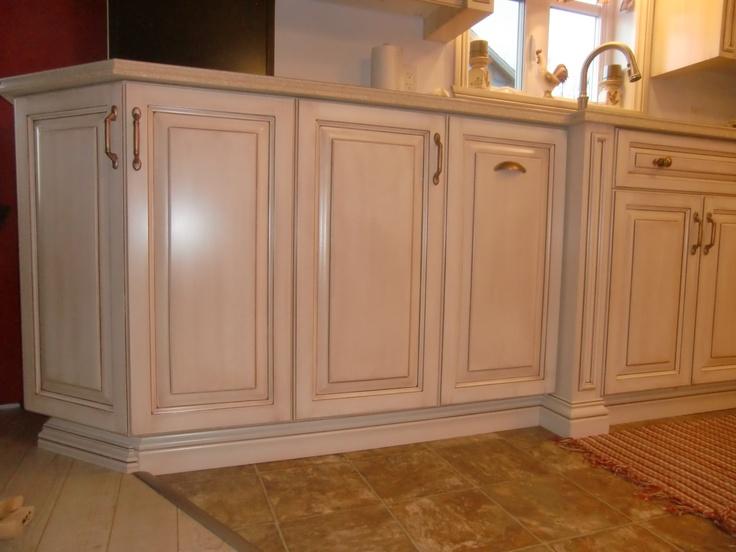 Armoire de cuisine classique  en merisier peint et glazé