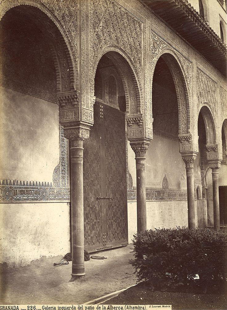 Galería izquierda del patio de la Alberca. Una visión inédita de la Alhambra por Jean Laurent y Fernando Manso. Fotografía © Jean Laurent. Cortesía Museo Arqueológico Nacional. Señala encima de la imagen para verla más grande.