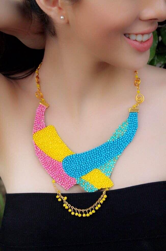 Destacar con elegancia y buen gusto incorporando el accesorio ideal a tu look es un arte. Este collar de forma asimetría es ideal para un look llamativo con vestido o pantalón ❤ Te gusta? Comenta ❤ y escribenos para conocer más de nuestra propuesta en diseño. ✉arenabyastrid@gmal.com 00584161703728 (VEN) 00573044426072 (COL) #necklace #collar #amarillo #turquesa #azul #casual #elegante #outfit #look #accesorios #trendy #moda #fashion