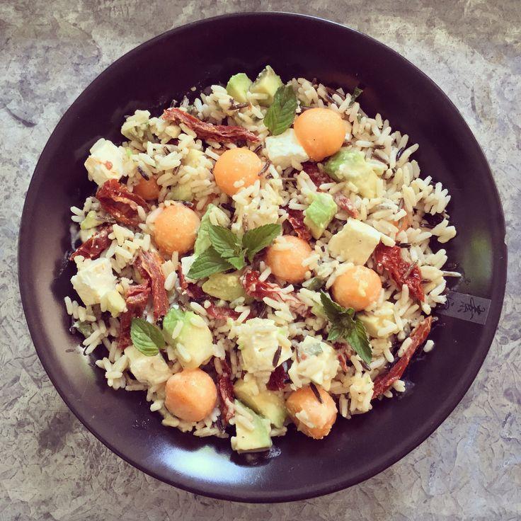 Salade de riz à l'avocat, melon, feta & tomates séchées – Bowl & spoon
