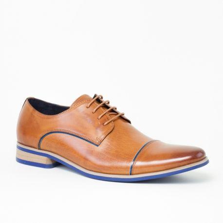 Chaussures de ville homme Lorick Gold Blue Kdopa.   Derbies pour homme de la marque Kdopa, modèle Lorick Gold Blue en cuir marron de haute qualité et reflets dorés, pour une silhouette smart et raffinée.  Design recherché : semelle bicolore et petites lignes bleues qui souligne les courbes de la chaussure.  Bout pointu légèrement recourbé et plus sombre avec cuir patiné.  Ces petits détails donnent à la chaussure un aspect racé unique.  Hauteur du talon : 3cm  Semelle en gomme et doublure…