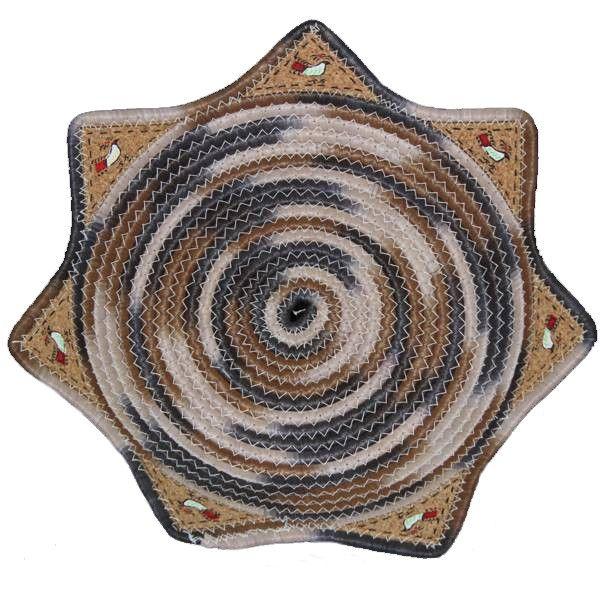 Cestino tradizionale della Sardegna dalla caratteristica forma a stella con intarsi di sughero dipinti a mano.