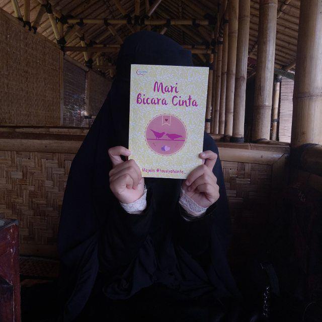 Kalau kamu bingung tentang jatuh cinta taaruf dan menikah?  Buku ini cocok banget buat kamu baca   Layoutnya yang menarik dan berwarna bikin kamu ga akan bosen baca dari awal sampai akhir untuk mendapat ilmu dari buku ini.  Kamu bisa dapatkan buku ini mulai Senin di @gramediabooks terdekat kamu ya  .  Atau Mau Pesan Online Sahabat Bisa Hub Kami di WhatsApp 081380409009  #cinta #love #nikah #jodoh #taaruf #marriage #couple #islam #book #islamic