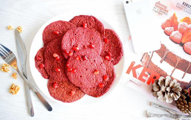PINK PANCAKES - Ook bij deze pancakes 'verstoppen' we weer wat groente, ideaal dus voor kinderen die vaak weigeren hun groente op te eten. Ze zullen er bij dit gerecht niks van merken! Hoe je de mooie kleur van deze pannenkoeken krijgt? Rode bieten! - Klik op de foto voor het recept.