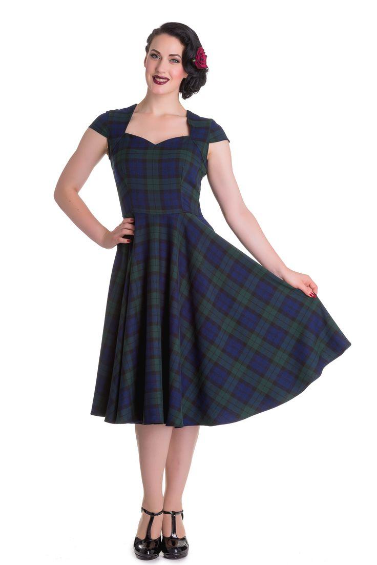 Kostkované šaty Hell Bunny Aberdeen Nádherné krásky v tartanové kostce (modrá, zelená, černá barva) typické pro podzimní a zimní dny. Můžete v nich vyrazit do práce, na kávu s kamarádkou i na méně formální společenskou akci. Příjemný lehce teplejší materiál (63% polyester, 34% viskóza, 3% elastan) skvěle přilehne k postavě a splývá. Krátký rukáv, srdíčkový výstřih tak akorát rafinovaný. Šaty jsou projmuté v pase, takže nepřidávají objem, sukně je od pasu dolů rozšířená. Můžete je doplnit…