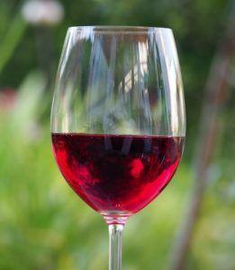 vinjournalen.se -   : Nej, rött vin motverkar inte åldrande, säger forskare |  Förra året gick amerikanska forskare ut med att ett ämne i rött vin som heter resveratrol, skulle förhindra åldrande. Nyheten slog självklart ner som en bomb. Men nu slår brittiska hälsoforskare hål på myten och varnar i en ny studie att så är inte fallet. Ska man förhindra åldrandet så måste... http://www.vinjournalen.se/nyheter/2017/03/17/nej-rott-vin-motverkar-inte-aldrande