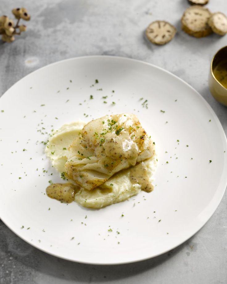 Kabeljauw en mosterd zijn een heerlijke combinatie. Bij deze gebakken kabeljauwfilets maak je een verfijnde en lichte saus met mosterd en abdijbier.