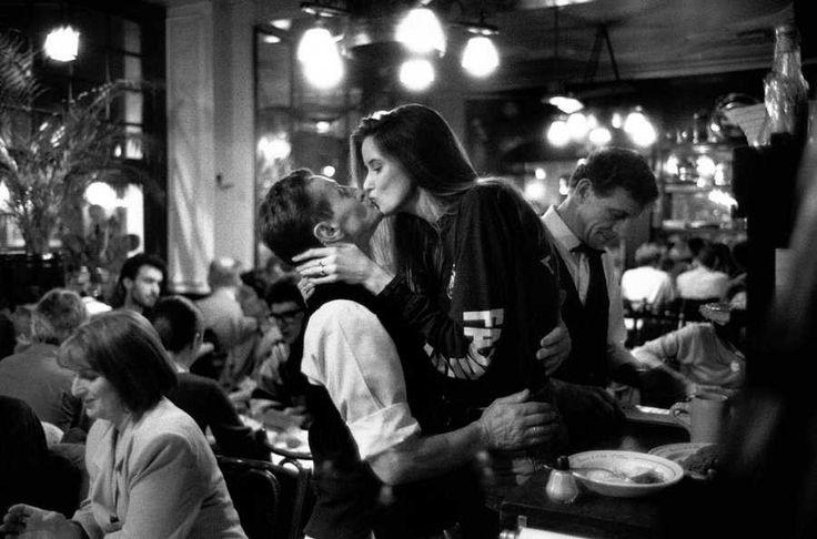 Париж. Кафе. Букет фиалок. И нежный поцелуй в подарок. Обсуждение на LiveInternet - Российский Сервис Онлайн-Дневников