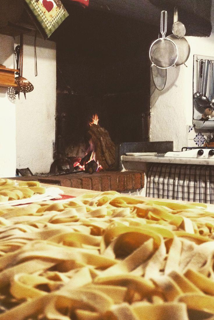 Tagliatelle in cucina! Fare la pasta, aspettare che sia pronta per essere cotta, un bicchiere di vino...tutto riporta ad altri ritmi, ad altri riti...