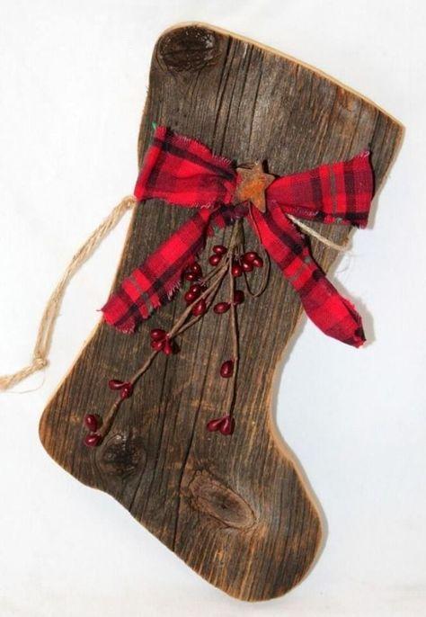 Nikolaus-Stiefel basteln mit Holz-Wandschmuck mit rotem Band im Landhausstil