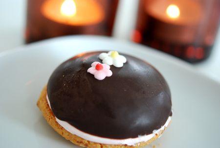 Olivias favoritfikabröd är biskvier. En av mina med. Sååå gott!! Är en sucker för smörkräm :) Den här gulliga biskvin hittade jag i kondiset utanför Coop Extra. Fylld med underbar jordgubbssmörkräm…