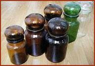 Oude koffiepotten, die als ze leeg waren voor de sier in de vensterbank gezet werden